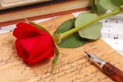 Rode zijdeachtig nam met uitstekende pen toe royalty-vrije stock fotografie