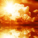 Rode Zonnestraal in de Donkere Wolken Stock Afbeeldingen