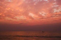 Rode zonsondergang in Agonda-strand, zuiden Goa, India Royalty-vrije Stock Foto