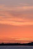 Rode zonsondergang bij de kust Stock Afbeeldingen