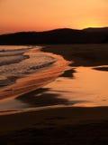 Rode zonsondergang bij Hawaï strand Stock Fotografie