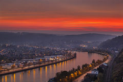 Rode Zonsondergang bij Meuse Rivier stock fotografie