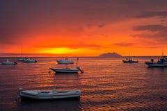 Rode zonsondergang door het overzees, met boten, Sicilië, Italië Stock Afbeelding