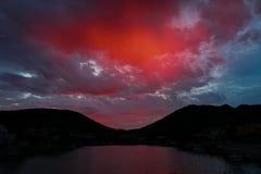 Rode zonsondergang en wolken op de donkerblauwe hemel in berg Royalty-vrije Stock Afbeeldingen
