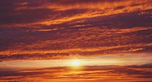 Rode zonsondergang Het branden zonsondergang Dramatische aardachtergrond De achtergrond van de godsdienst Jesus in de hemel royalty-vrije stock foto's