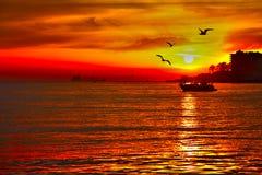 Rode zonsondergang op zee Istanboel Turkije Royalty-vrije Stock Afbeelding