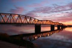 Rode zonsondergang over de brug Stock Foto