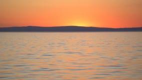 Rode zonsondergang over overzees stock footage