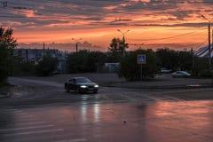 Rode zonsondergangzonsopgang in de stad Stock Afbeeldingen