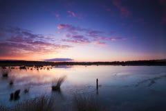 Rode zonsopgang bij een meer Royalty-vrije Stock Foto's
