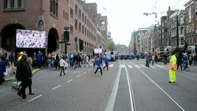 Rode Zorgmanifestatie bij het Damrak-vierkant in Amsterdam, Nederland, stock video