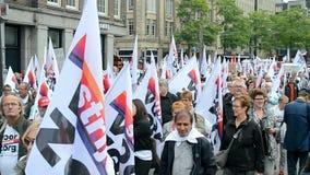 Rode Zorgmanifestatie bij het Damrak-vierkant in Amsterdam, Nederland, stock videobeelden