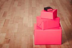 Rode zwarte dozen op vloerpanelen Royalty-vrije Stock Afbeelding