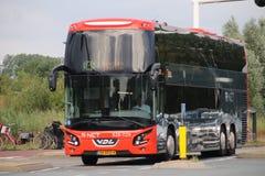 Rode zwarte r-NETTO dubbele dekbus in Heemstede-rubriek op zijn lijn aan Haarlem stock foto
