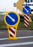 Rodeio amarelo-azul brilhante do sinal de estrada à direita Fotografia de Stock Royalty Free