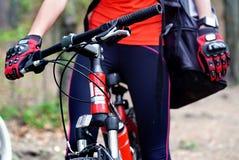 Środek past rowerowa dziewczyna w lato parku Obraz Stock