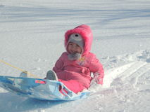 Rodelnder Spaß auf Sunny Winters Day stockfotos