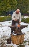 Forgeron travaillant dehors en hiver Photo libre de droits