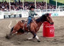 Rodeo: El competir con del barril de las señoras Fotografía de archivo libre de regalías