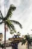 Rodeo przejażdżki znak z drzewkami palmowymi w Beverly Hills Zdjęcia Stock