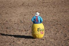 Rodeoclown i en hållande ögonen på tjur för trumma royaltyfri bild