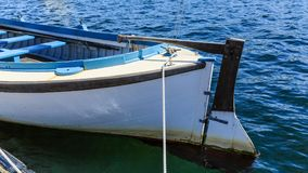 Roder på den gamla träroddbåten Arkivbild