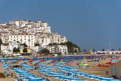 Rodi Garganico en het strand bij de zomer stock afbeelding