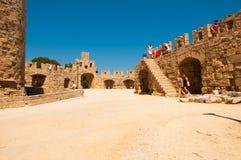Rodi, Grecia - 11 agosto 2018: vecchio mandraki del porto della fortezza, Rodi, Grecia fotografia stock libera da diritti