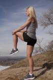 Rodilla de la roca del soporte de la aptitud de la mujer para arriba Foto de archivo libre de regalías