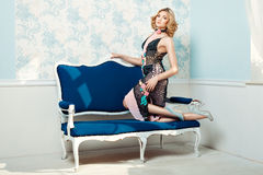 Rodillas derechas de la muchacha en el sofá Imagenes de archivo