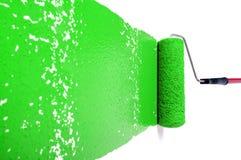 Rodillo con la pintura verde en la pared blanca Imagen de archivo libre de regalías