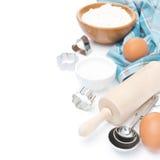 Rodillo, cucharas dosificadoras, cortadores de la galleta, ingrediente que cuece Imágenes de archivo libres de regalías