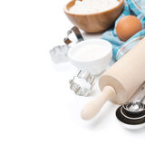 Rodillo, cucharas dosificadoras, cortadores de la galleta, ingredientes que cuecen Fotografía de archivo