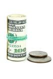 Rodillo de $100 billetes de banco y monedas cerca Fotografía de archivo