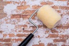 Rodillo de alta densidad del ajuste de la tela del punto con un cap?tulo en la pared de ladrillo imagen de archivo libre de regalías