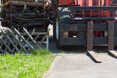 rodillo de camino y grúas de construcción Imagenes de archivo