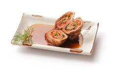 Rodillo de carne frito con la salsa y el eneldo Foto de archivo libre de regalías