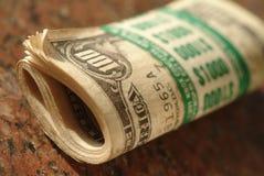 Rodillo de $ cientos cuentas de dólar que suman $10 Foto de archivo