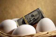 Rodillo de dólares con los huevos fotografía de archivo