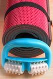 Rodillo de la espuma de la aptitud, ideal para el uno mismo-masaje contra las celulitis fotografía de archivo