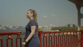 Rodillo de la mujer que mira paisaje urbano el día de verano metrajes