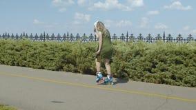 Rodillo de la mujer que monta al revés la cruce en parque almacen de video
