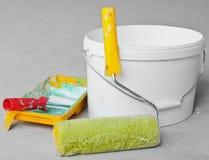 Rodillo de pintura de las mejoras para el hogar y pintura Fotos de archivo