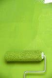 Rodillo de pintura en la pared blanca Foto de archivo libre de regalías