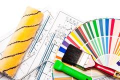 Rodillo de pintura, lápices, gráficos en blanco Fotografía de archivo