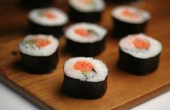 Rodillo de sushi de color salmón Foto de archivo libre de regalías