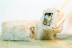 Rodillo de sushi picante del atún fotos de archivo
