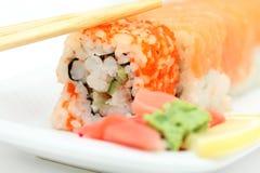 Rodillo de sushi y palillos listos Imagenes de archivo