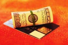 Rodillo del dinero con de la tarjeta de crédito Foto de archivo libre de regalías