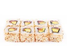 Rodillo del sushi con consonancia y el aguacate Imágenes de archivo libres de regalías